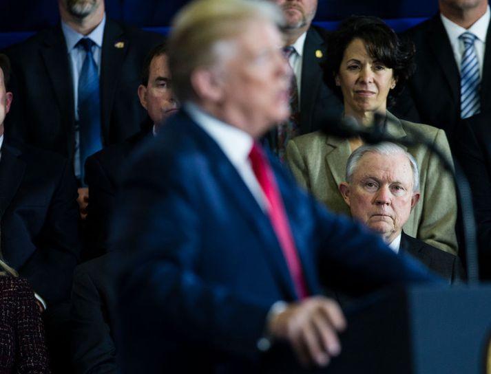 Sessions (í bakgrunni) var einn nánasti bandamaður Trump þar til hann ákvað að lýsa sig vanhæfan til að hafa umsjón með Rússarannsókninni. Nú talast þeir varla við utan ríkisstjórnarfunda.