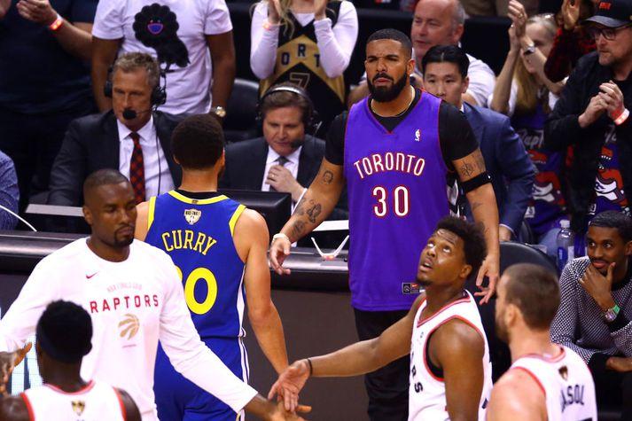 Hér má sjá Drake ögra Curry. Hann er svo með band á handleggnum til þess að fela Curry-tattúið.