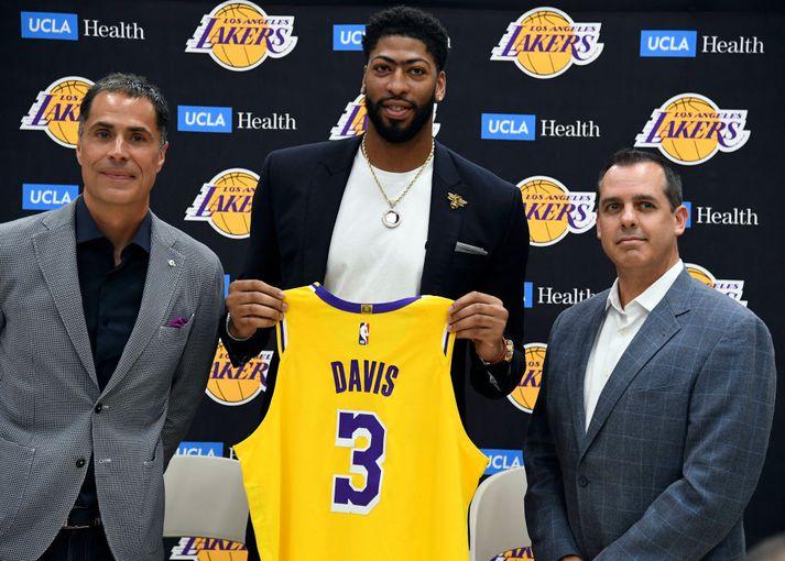 Davis var kynntur til leiks hjá Lakers um helgina