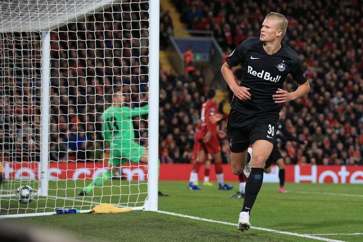 Erling Braut Haaland fagnar marki sínu á móti Liverpool á Anfield.