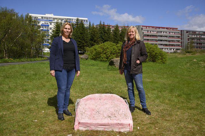 Aldís og Aðalheiður sýningarstjórar við verkið Sápa # Lavender eftir Arnar Ásgeirsson.