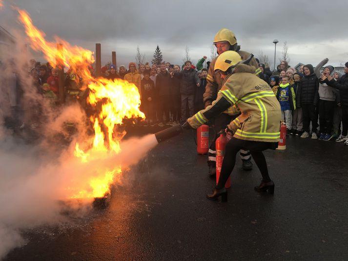 Katrín Jakobsdóttir, forsætisráðherra fékk handleiðslu um notkun slökkvitækja í dag og spreytti sig á að slökkva opinn eld.