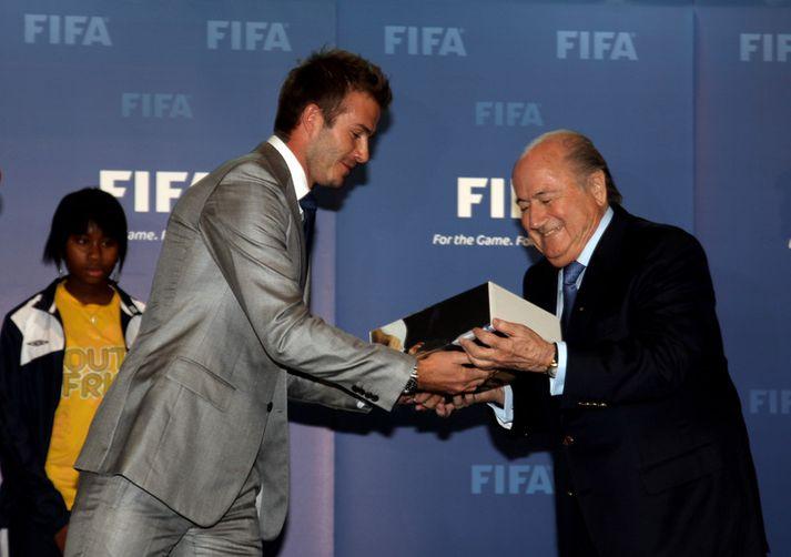 David Beckham afhendir Sepp Blatter framboð enska sambandsins um að fá að halda HM 2018. Það vita allir hvernig það fór.
