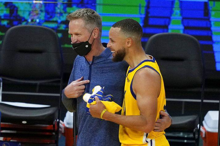 Steve Kerr og Stephen Curry léttir í bragði eftir sigurinn í San Francisco í gærkvöld.