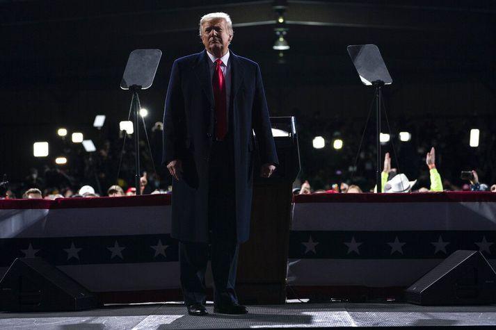 Donald Trump á fjöldafundi í Georgíu-ríki Bandaríkjanna í nótt.