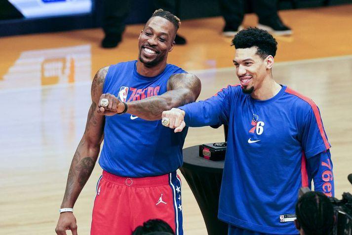Dwight Howard og Danny Green fengu meistarahringa sína afhenta frá því í fyrra þegar Philadelphia 76ers heimsótti Los Angeles Lakers í Staples Center.