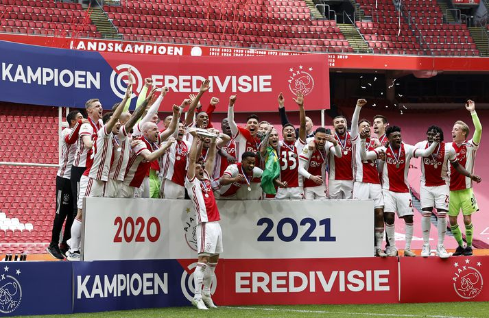 Leikmenn Ajax fagna titlinum í gær.