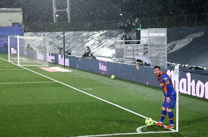 Messi í rigningunni rosalegu í Madríd í gær.