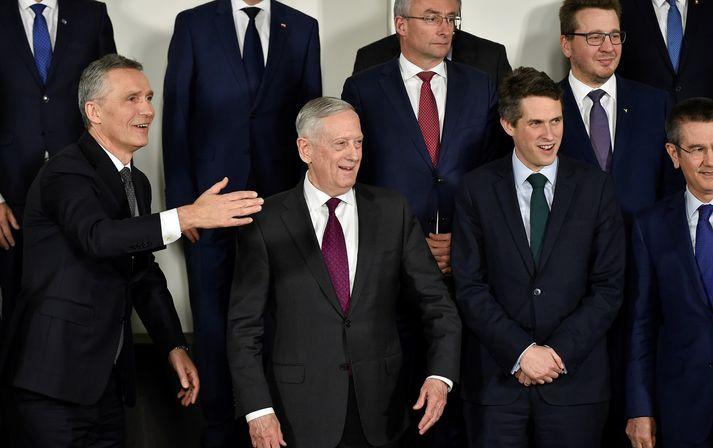 Jens Stoltenberg, framkvæmdastjóri NATO, James Mattis og aðrir varnarmálaráðherrar NATO.