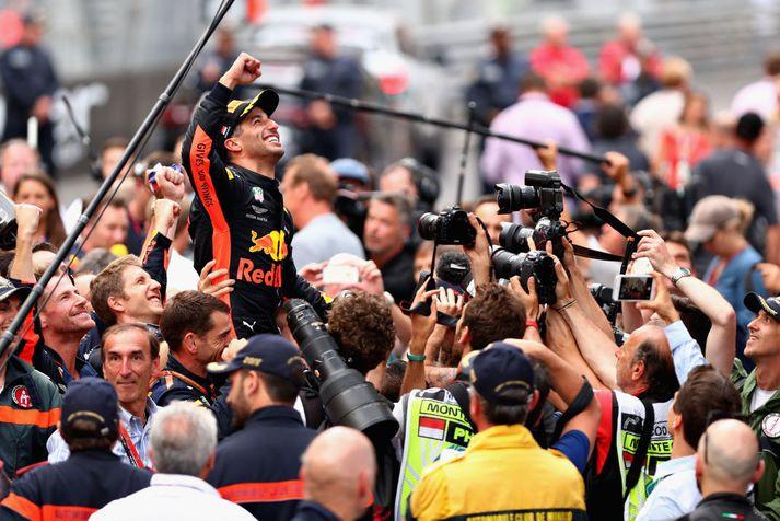 Daniel Ricciardo fagnar sigrinum í dag.