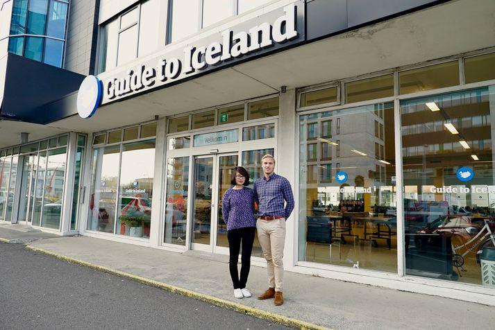 Xiaochen Tian, framkvæmdastýra Guide to Iceland, og Guðmundur Lúther Hallgrímsson, framkvæmdastjóri Bungalo, fyrir utan höfuðstöðvar Guide to Iceland í Borgatúni 29.