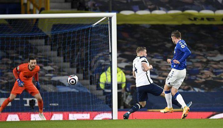 Gylfi skorar síðara mark sitt og Everton í kvöld.