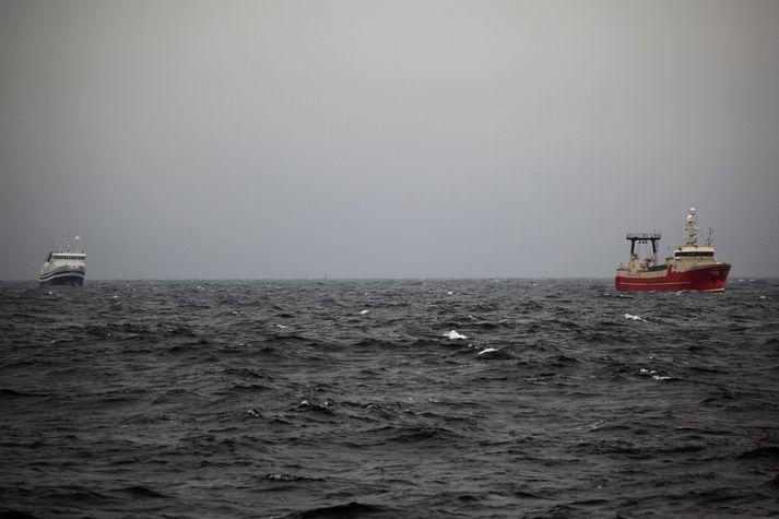 Múlaberg togar Sóleyju til hafnar á Akureyri.