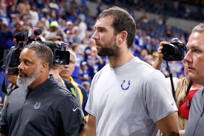 Andrew Luck gengur af velli eftir leik Colts og Bears í gær.