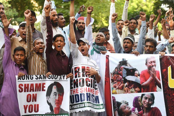 Múslimar í pakistönsku borginni Karachi stóðu með Rohingjum um helgina og mótmæltu meintu aðgerðarleysi Suu Kyi. Á plakati sem hér má sjá var Suu Kyi sagt að skammast sín.