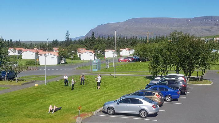 Sólríkur sumardagur á Reykjalundi. Ástandið innandyra er þó ekki eins og best verður á kosið þessa dagana.