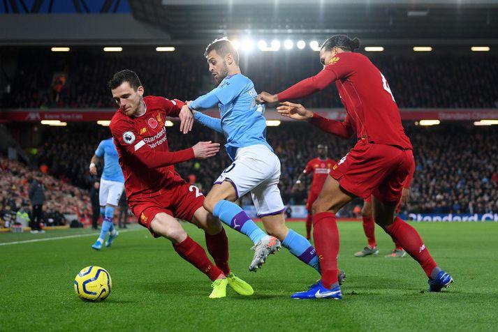 Bernardo Silva hjá Manchester City í baráttunni við Liverpool mennina Virgil van Dijk og Andy Robertson.