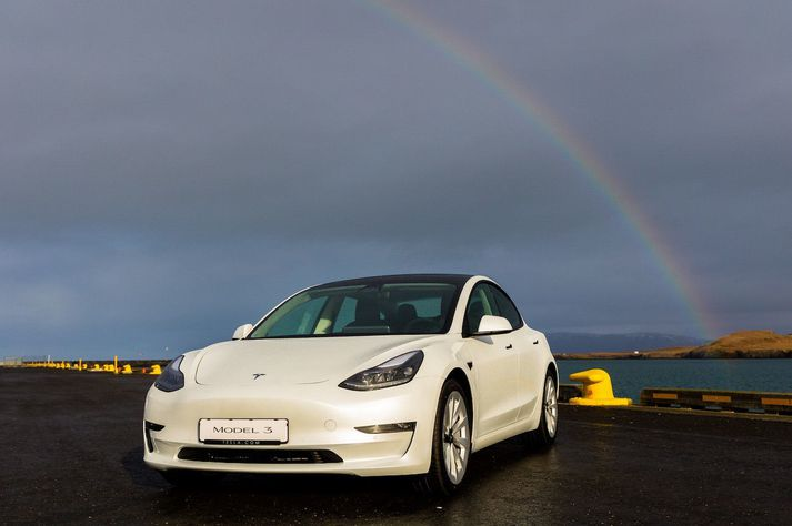 Tesla Model 3 og regnbogi.