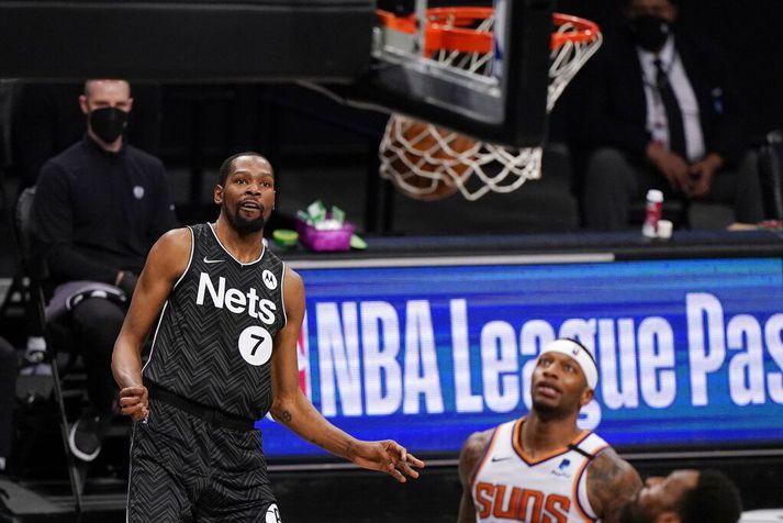 Kevin Durant horfir á eftir boltanum fara ofan í körfuna í sigrinum á Phoenix Suns í nótt.