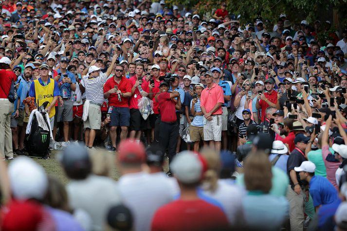 Það voru margir sem eltu Tiger Woods á lokadeginum.