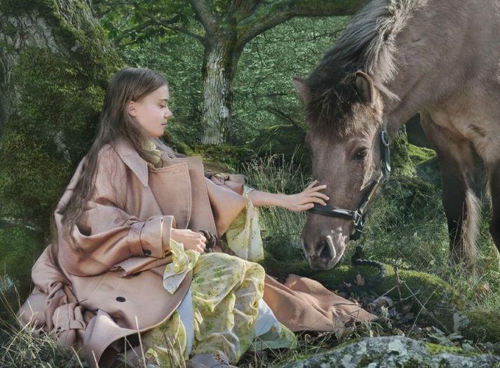 Greta Thunberg og hesturinn Strengur. Ljósmynd frá listræna dúóinu Alexandrov Klum.