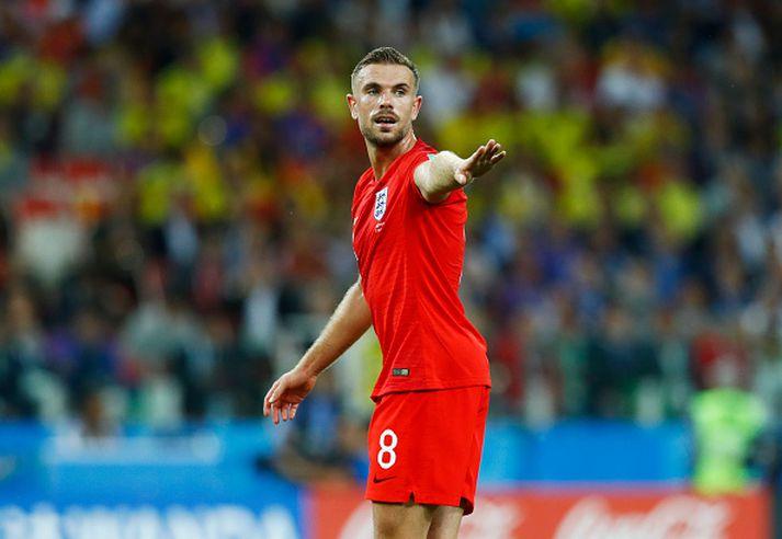 Henderson gefur skipanir í leik Englands.