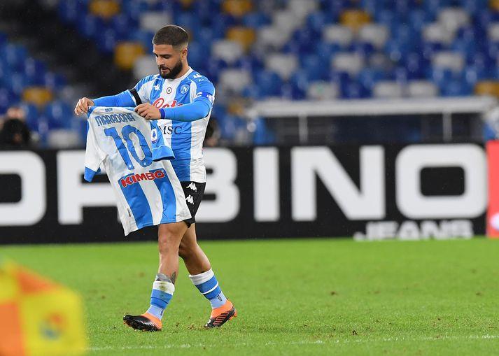 Lorenzo Insigne, fyrirliði Napoli, fagnaði fyrsta marki leiksins gegn Roma með treyju merktri Diego Maradona.