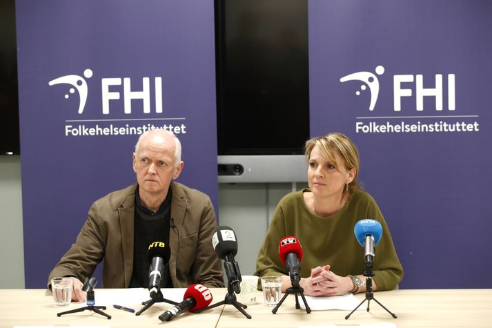 Geir Bukholm og Line Vold, bæði hjá Lýðheilsustofnun Noregs, á blaðamannafundinum þar sem tilkynnt var um smitið.
