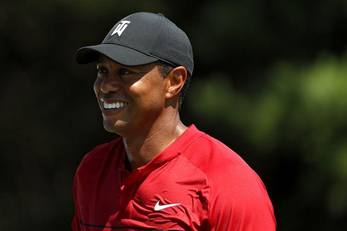 Tiger Woods brosandi í gær.