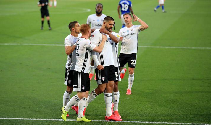 Leikmenn Fulham fagna marki Mitrovic í dag.