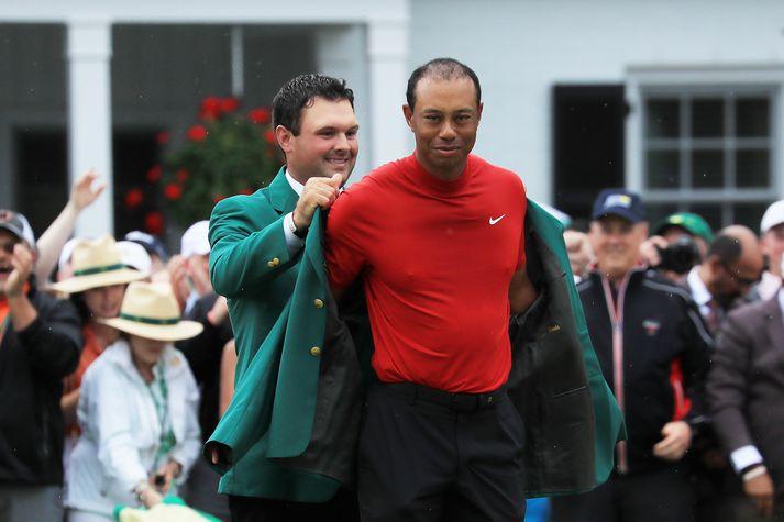 Tiger klæddur í græna jakkann.