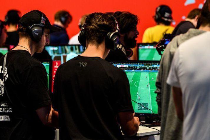 Leikmenn að spila FIFA20 leikinn.