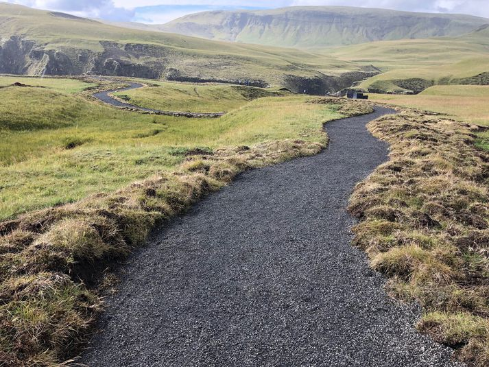 Göngustígurinn við Fjaðrárgljúfur er fær hreyfihömluðum.