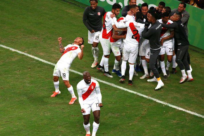 Yoshimar Yotun og Luis Advincula fagna sigri í nótt.