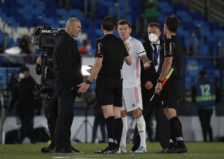 Zidane talar við dómara leiksins, eftir jafnteflið gegn Sevilla.