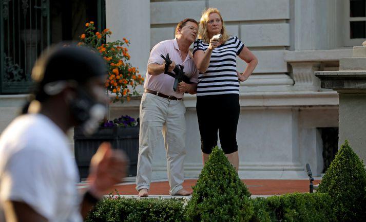 Mark og Patricia McCloskey taka á móti mótmælendum fyrir utan heimili þeirra í St. Louis þann 28. júní síðastliðinn.