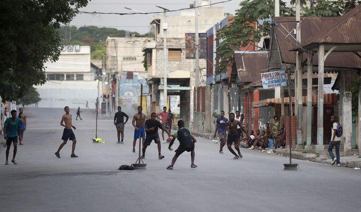 Ungmenni spila fótbolta á götum Port-au-Prince.