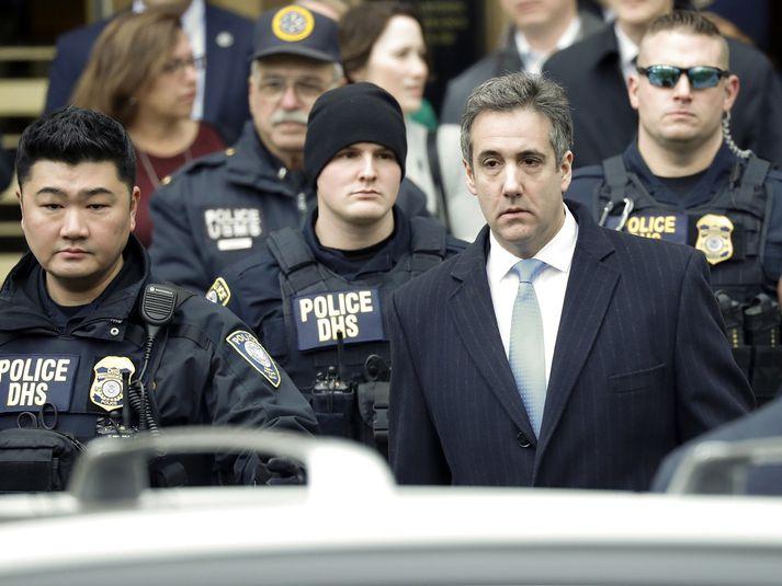 Michael Cohen á að hefja afplánun á fangelsisdómi í maí. Hann virðist enn vinna með saksóknurum í New York.