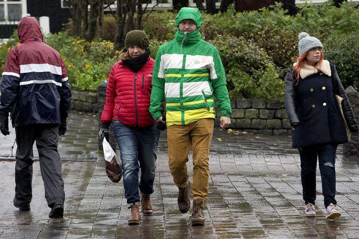 Fólk ætti að klæða sig í hlý regnföt ef marka má langtímaspá Einars Sveinbjörnssonar.