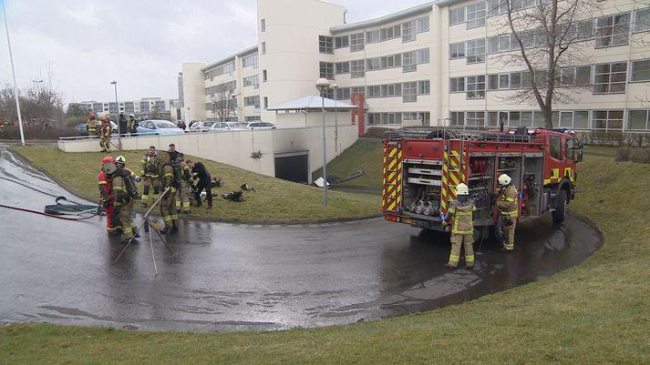 Allt tiltækt lið slökkviliðsins á höfuðborgarsvæðinu var kallað út að Sléttuvegi í morgun.