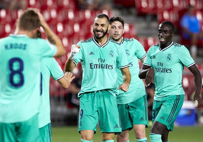 Karim Benzema fagnar marki sínu gegn Granada. Hann hefur skorað fimm mörk í níu leikjum síðan keppni hófst á ný eftir kórónuveirufaraldurinn.