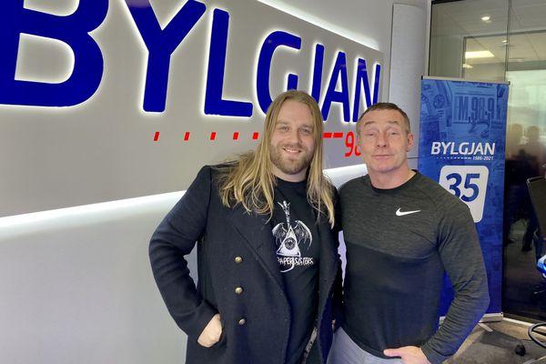 Byrjaði að grínast á milli laga