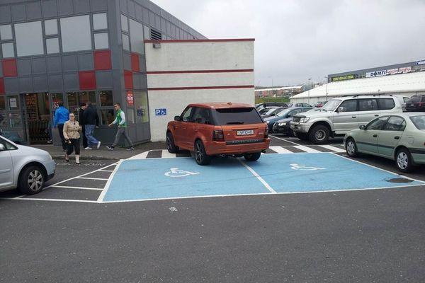 Bakaríið - Appelsínugulur Range Rover til sölu, salan gengur illa